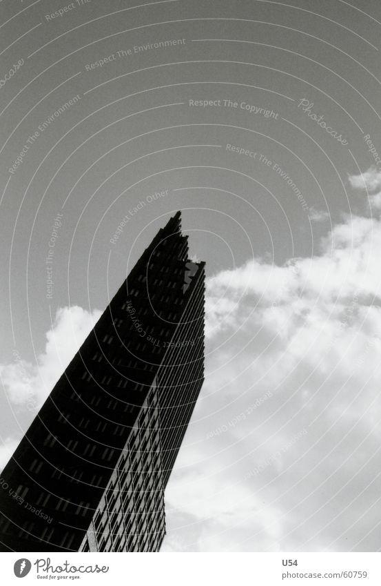 ganz oben wirds einsam.. Wolken Hochhaus Potsdamer Platz Berlin Himmel Schwarzweißfoto Hauptstadt Architektur