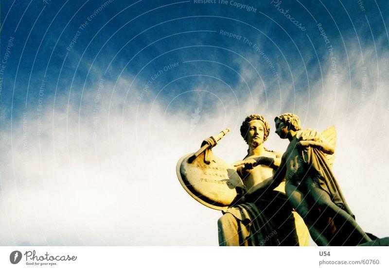 ein komisches Paar.. Sommer Statue Wolken Bildhauer stehen Berlin Himmel Sonne erstarrt