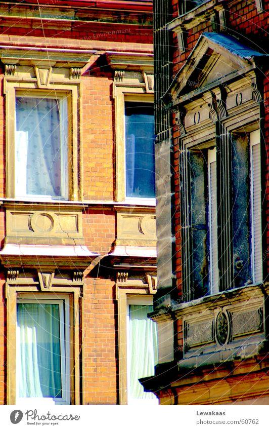 Blick um die Ecke Fenster Haus Gebäude eng vertikal Mauer Vorhang Stuck Licht Jugendstil antik schön Wohnung Nürnberg Glas Stein niesche Schatten gründerzeit