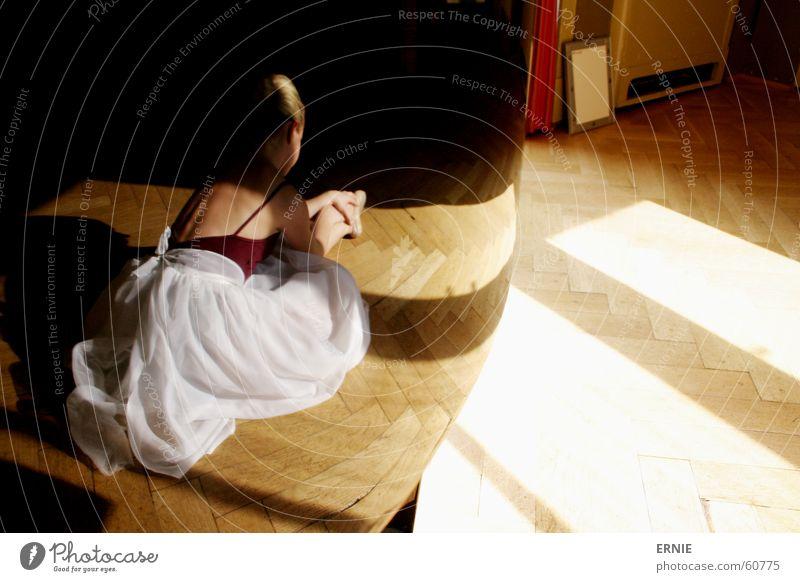 Balläääätt/2 Kind 14 süß Klavier Reflexion & Spiegelung schwarz Licht Kleid weiß Anzug Tanzen dehnbar Lack Schatten üben session Burg oder Schloss
