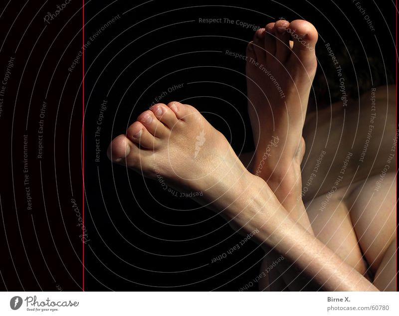 sexy feet nackt Frau feminin Zehen Fetischismus Erotik Akt Fuß Rücken Barfuß Frauenbein Frauenfuß Rückansicht Gesäß Vor dunklem Hintergrund Intimbereich