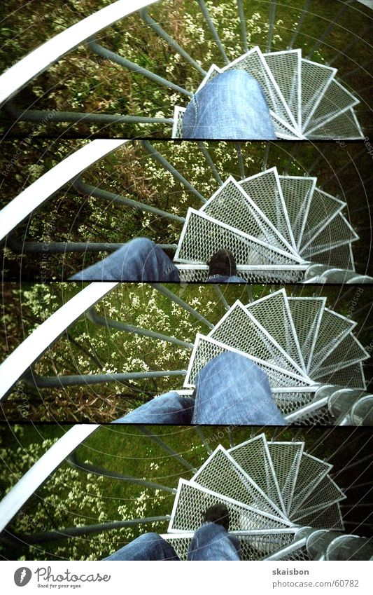 treppab Garten Beine Treppe Verkehr Wege & Pfade Jeanshose Schuhe Stahl Bewegung gehen hoch oben rund Geschwindigkeit grün Fortschritt Wandel & Veränderung