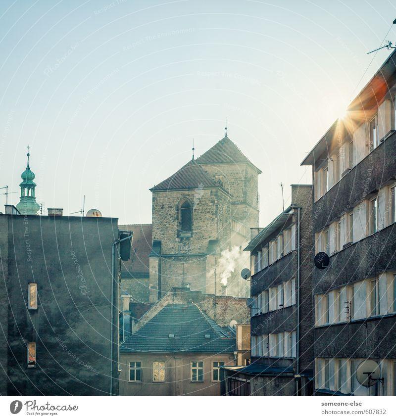 Ofenheizung und Sonnenlicht Kłodzko Kleinstadt Stadt Stadtzentrum Altstadt Menschenleer Haus Kirche Architektur Mauer Wand Dach Stein Beton alt ästhetisch