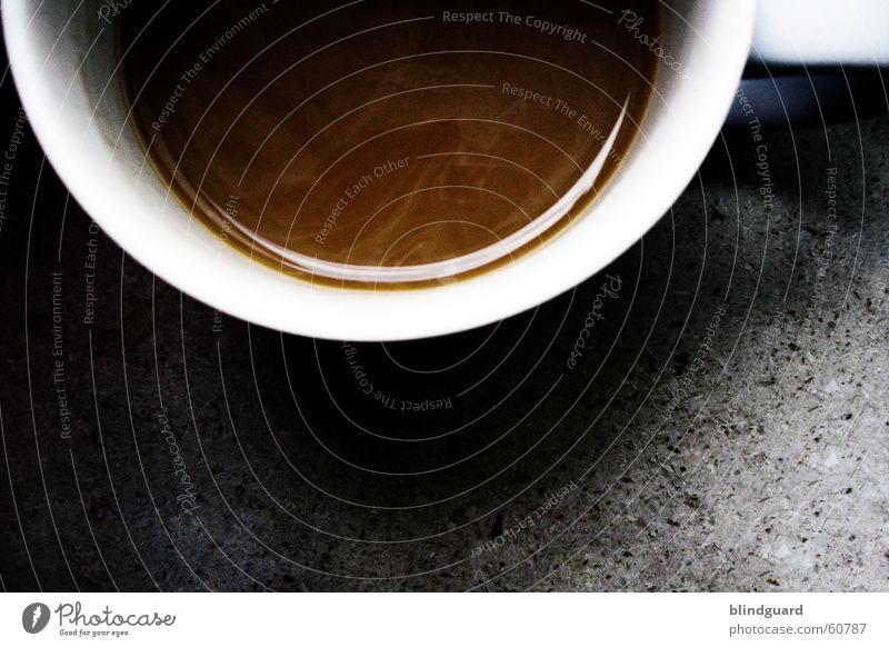 Nur noch ne halbe Tasse Kaffee Café Hälfte Milchkaffee weiß braun Morgen Stein Tragegriff Porzellan Geschirr Licht Koffein wach Beginn trinken Durst Gastronomie