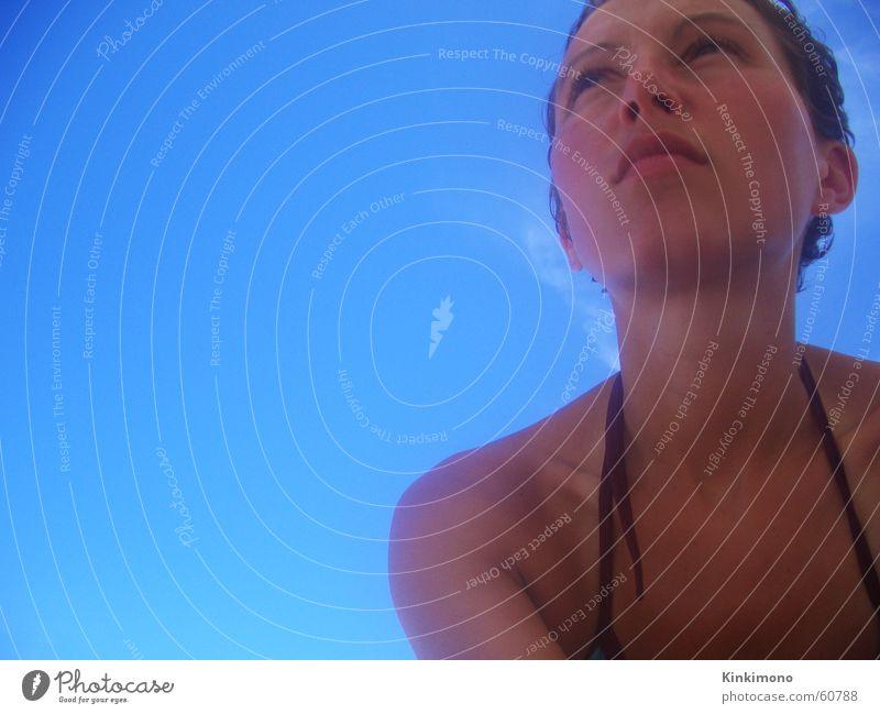 Sonnenblick Frau Himmel blau Sommer Strand Wolken Wärme Haut Physik Sehnsucht Bikini