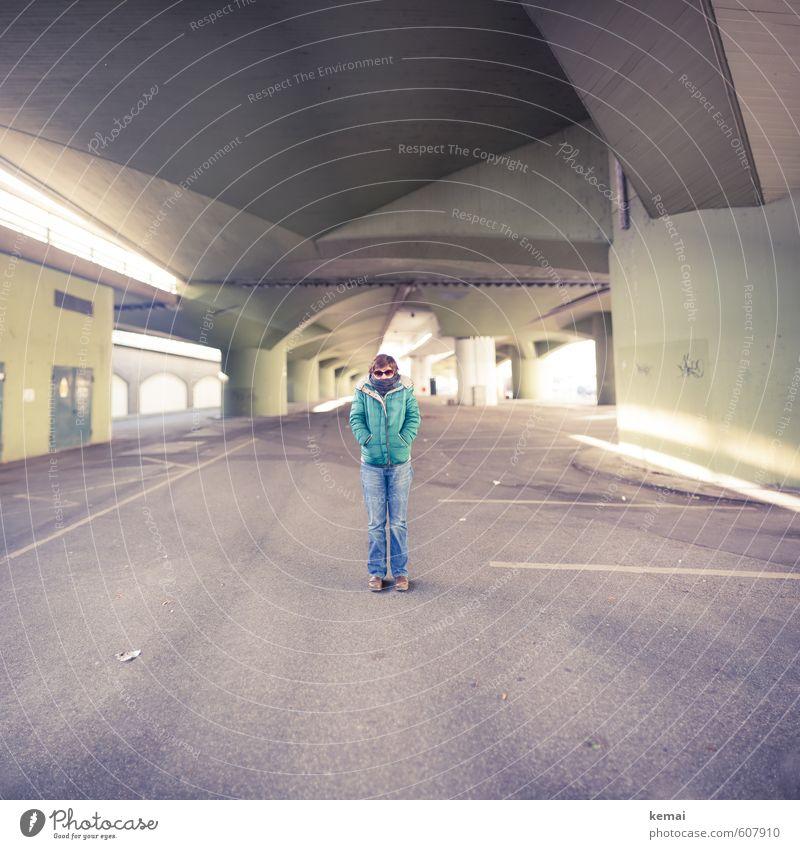 Unter 7 Brücken musst du stehn Mensch Frau blau Stadt grün Erwachsene Wand feminin Mauer klein Beine Körper Lifestyle Arme stehen leer
