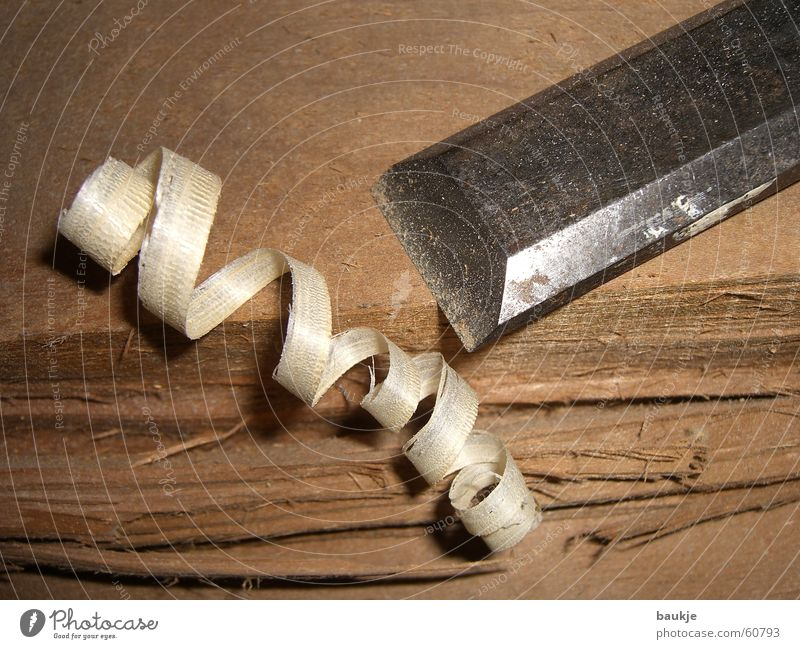 Holzlocke Holzspäne Fichte Tanne Holzbrett Baum Stecheisen Stemmeisen Eisen Schreinerei Tischler Riss gerissen gesplittert Holzmehl span diel Baumstamm Messer