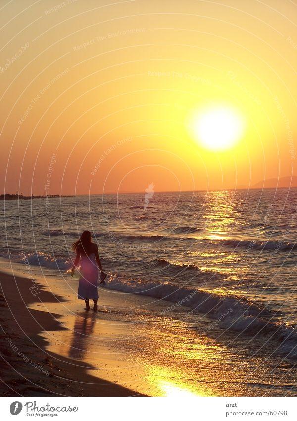 into the sunset -2- Sonnenuntergang Strand Meer Frau Flitterwochen Wasser Spaziergang Abend