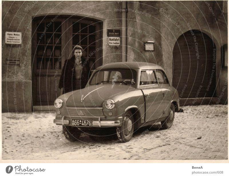 Goldene 50er .1 Fünfziger Jahre Winter Garage Nachkriegszeit Frau Haus Oldtimer klassisch KFZ analog schwarz weiß braun historisch Schwarzweißfoto Verkehr