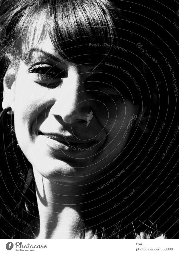 Sonne im Gesicht schön Mensch Frau Erwachsene Schönes Wetter lachen Fröhlichkeit Laune frau sitil potrait Schwarzweißfoto Schatten Porträt