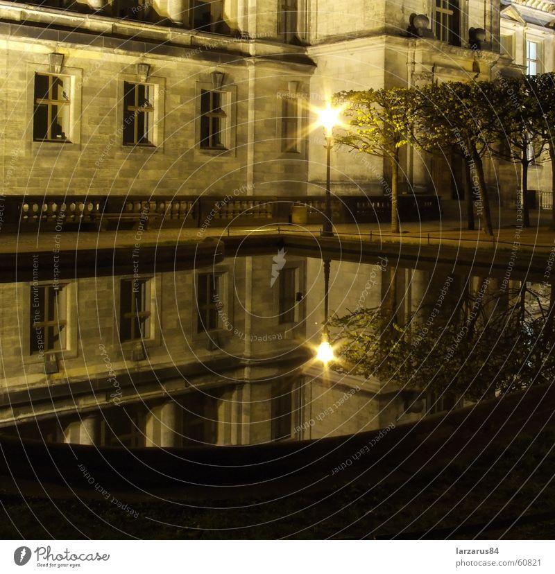 Laterne Einsamkeit Glas Hoffnung Dresden Spiegel Verkehrswege strahlend Nachtaufnahme