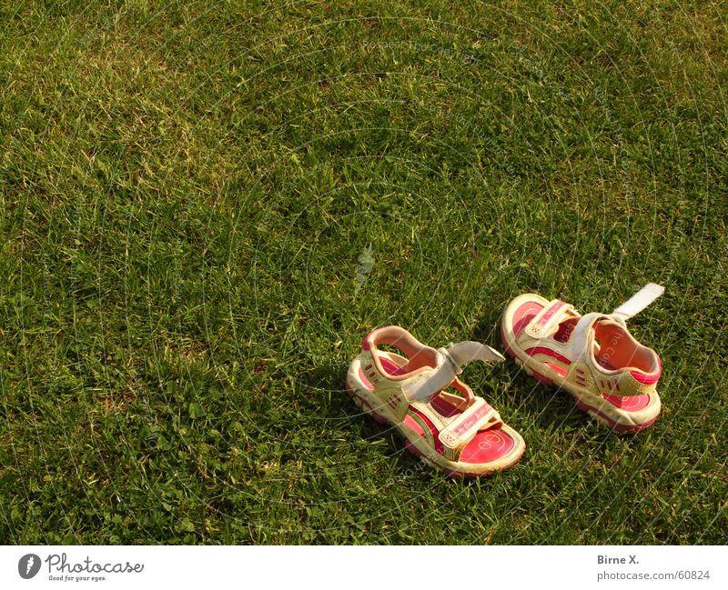 gone playing Schuhe Sandale Kinderschuhe Spielen Stillleben achtlos rasen. spielen rumliegen Kindheit