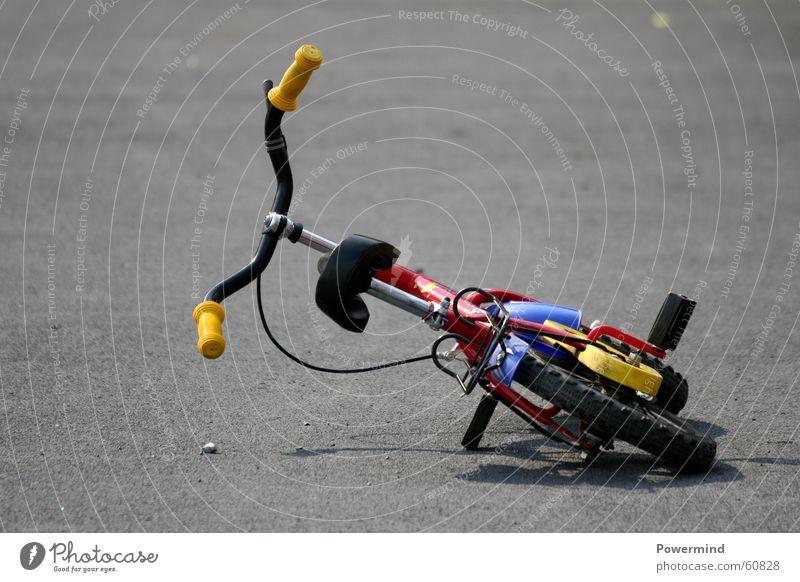 LostKiddie Kinderfahrrad Fahrrad umgefallen mehrfarbig Unfall Spielzeug Sommer Ferien & Urlaub & Reisen Freizeit & Hobby Kindesentführung Boxenstopp Verkehr