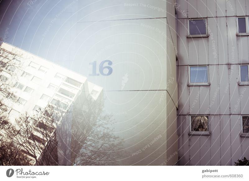 Haus Nr 16 Stadt Haus Fenster Linie Fassade Häusliches Leben trist Hochhaus verrückt trashig Surrealismus eckig Zerstörung Symmetrie Stadtrand umfallen