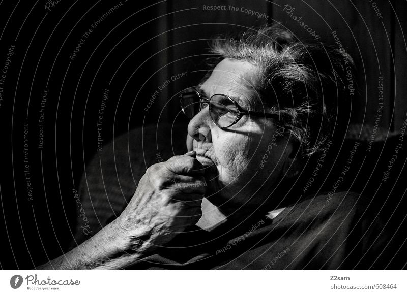 Nachdenkliche Rentnerin Gesundheit Gesundheitswesen Seniorenpflege Weiblicher Senior Frau Großmutter 1 Mensch 60 und älter alt Denken Blick träumen dunkel