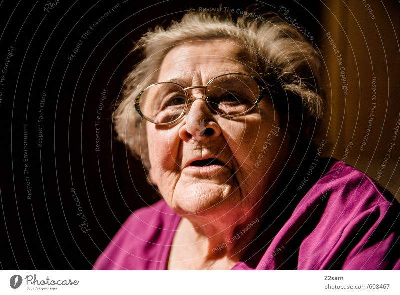 OMA Mensch Frau alt ruhig dunkel Leben Traurigkeit Senior feminin Denken Gesundheit natürlich träumen Gesundheitswesen 60 und älter Vergänglichkeit