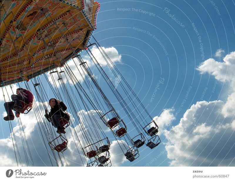 im Karussell Kind Mädchen Himmel Freude Wolken Freiheit Feste & Feiern Jahrmarkt Schweben Oktoberfest Unbekümmertheit Schausteller