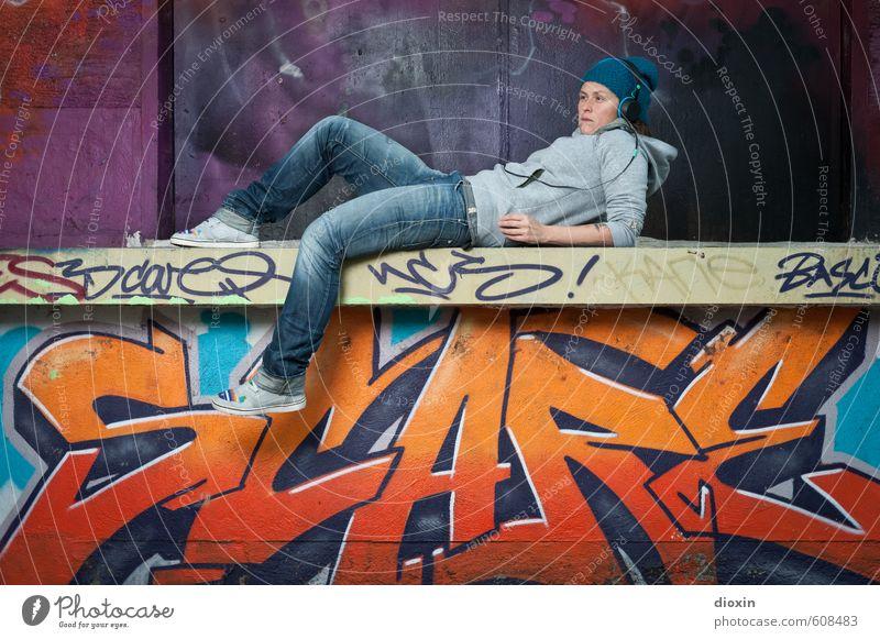 alles nur fassade | good girl Mensch Frau Jugendliche Stadt Junge Frau Erwachsene Graffiti Wand feminin Mauer Kunst liegen Musik Lifestyle Coolness einzigartig