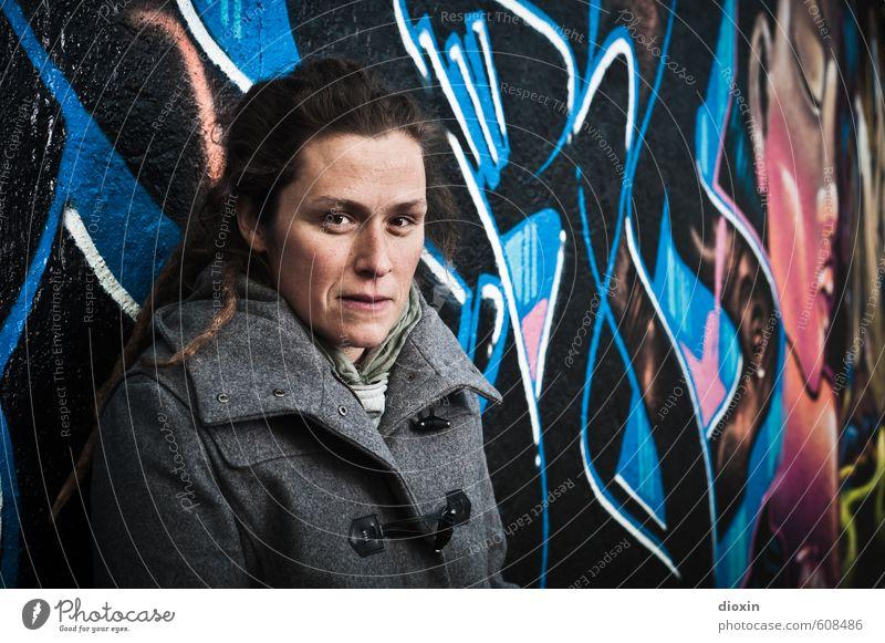 Graffiti Girls Mensch feminin Junge Frau Jugendliche Erwachsene 1 30-45 Jahre Kunst Kunstwerk Gemälde Subkultur Mauer Wand Fassade Blick authentisch Coolness