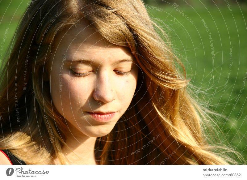 nachdenklich. Kind schön grün Gesicht Auge Wiese Gras Haare & Frisuren Denken blond Wind geschlossen Müdigkeit