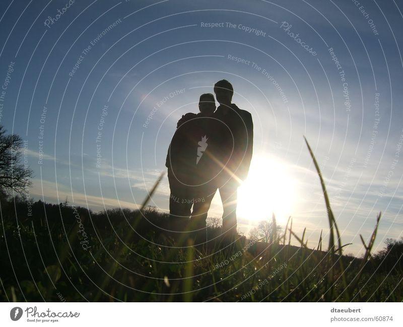sweet sommer Liebe Romantik Küssen Partnerschaft Sonnenuntergang Gras grün Sommer schwarz sun blau Natur sunn set Paar paarweise Liebespaar Zusammensein
