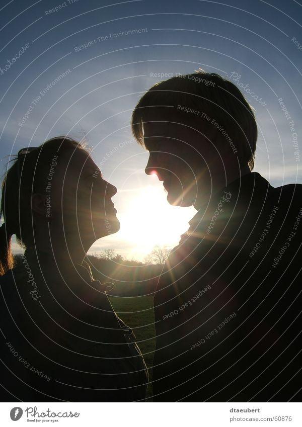 sweet LOVE Liebe Romantik Küssen Sommer Partnerschaft Sonnenuntergang Gras grün schwarz Baum sun blau Natur sunn set Paar paarweise Liebespaar Zusammensein
