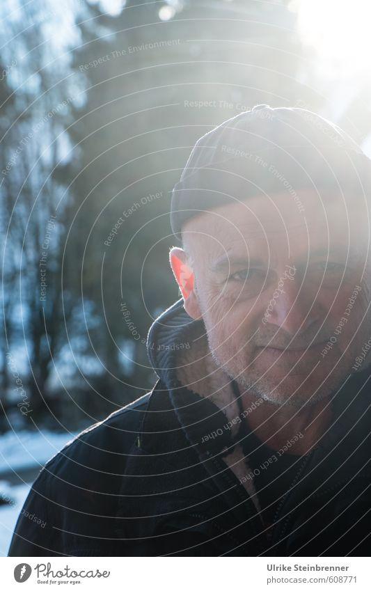 Lichtgestalt Mensch Mann Baum Winter kalt Wald Erwachsene Leben Schnee Kopf Stimmung maskulin Kraft Sträucher stehen 45-60 Jahre
