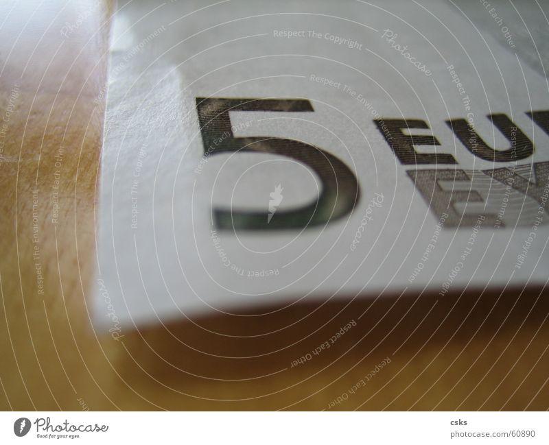 money, money, money ... 5 Geld Holz Papier bezahlen Kosten Kapitalwirtschaft Makroaufnahme Nahaufnahme Euro Lichterscheinung Business