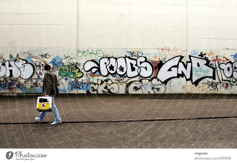 nach einer harten nacht.. Mensch Straße Wand gehen Schriftzeichen Typographie Koffer Plattenkoffer