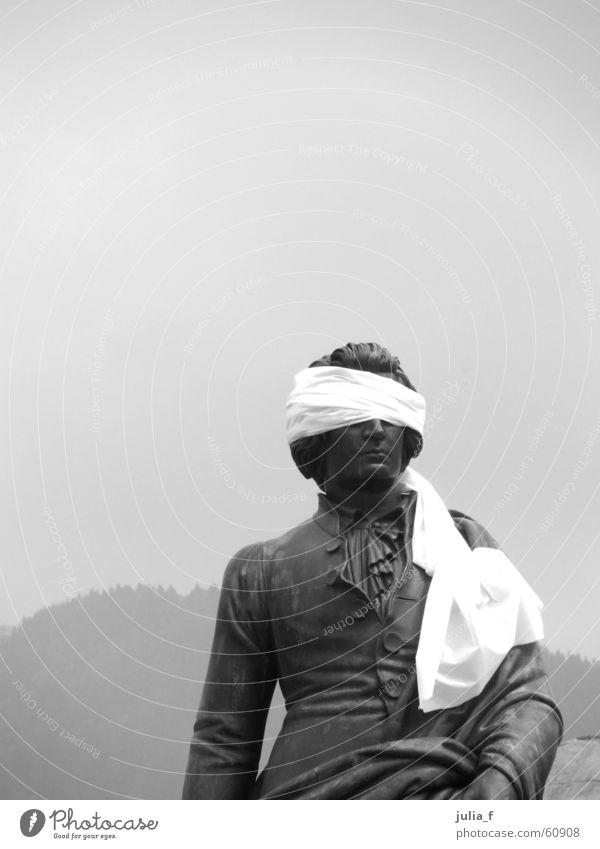 blinder mozart Statue Skulptur schwarz weiß grau trist Verbundenheit Kunst Tourismus Salzburg Schwarzweißfoto Auge