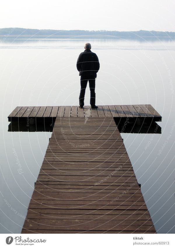 Mann auf T Steg See Holz Morgen ruhig Wasser Holzbrett morgen am see Morgendämmerung Am Mellensee mann am wasser Erholung