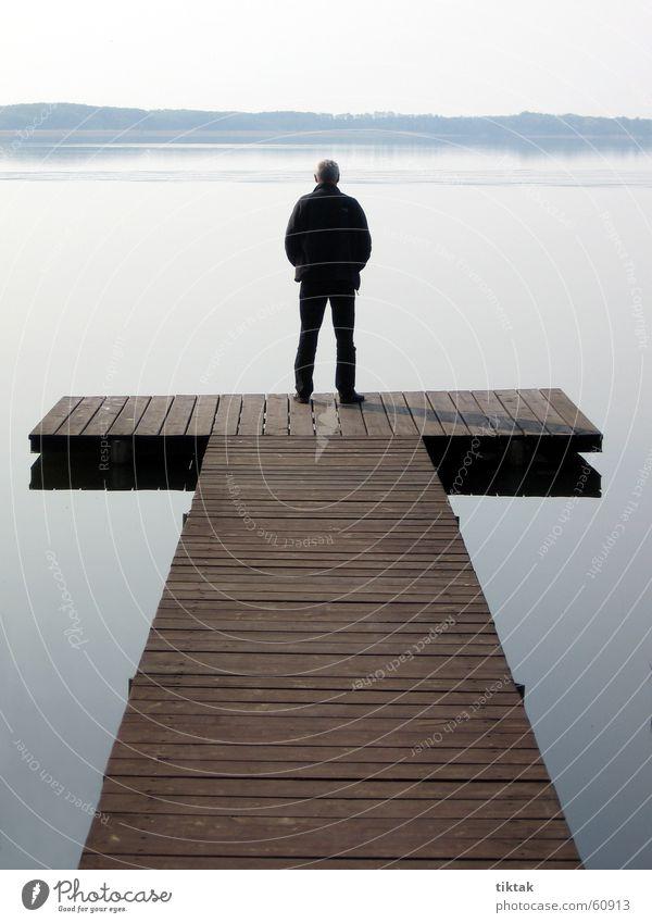 Mann auf T Wasser ruhig Erholung Holz See Steg Holzbrett Am Mellensee