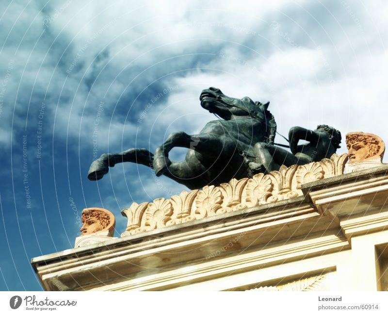 Reiter Pferd Skulptur Statue Mann Wolken Gebäude Himmel Theaterschauspiel horse rider sculpture man cloud sky building theatre