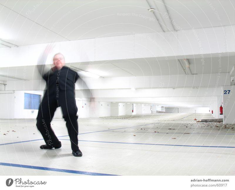 Bullet-Time Mann Kerl stehen Anzug schwarz Unschärfe gehen Matrix Tiefgarage Licht Garage weiß steril Aktion Neonlicht Leuchtstoffröhre Feuerlöscher Blatt Humor