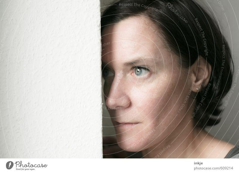 Verbergen Frau Erwachsene Leben Gesicht 1 Mensch 30-45 Jahre schwarzhaarig langhaarig beobachten Denken Blick warten Gefühle Neugier Interesse Scham Hemmung