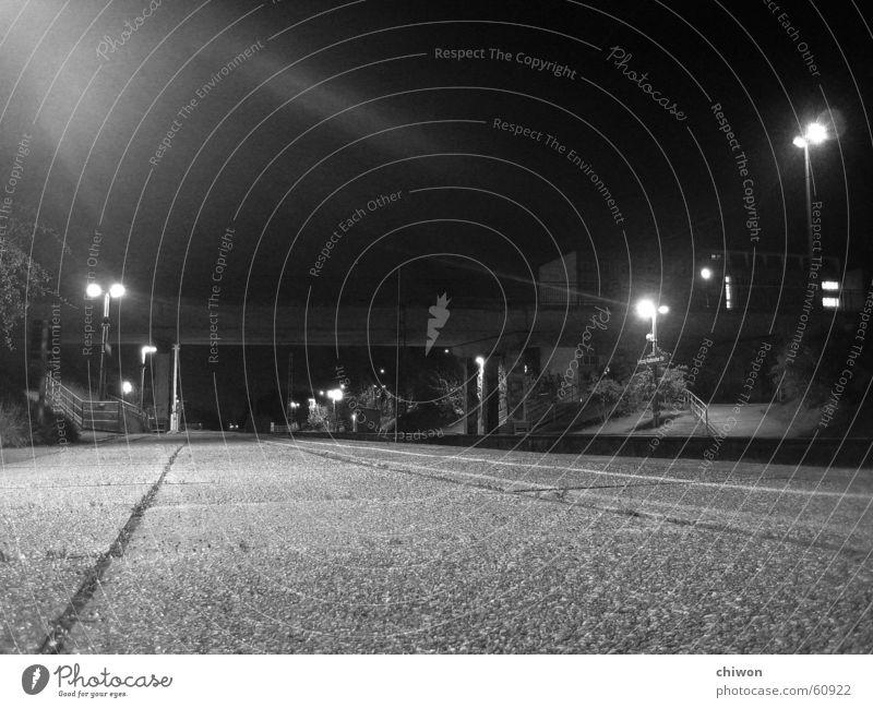 endstation S-Bahn schwarz weiß Laterne Nacht dunkel Stadt Asphalt Beton hart Licht Endstation Eisenbahn Station Brücke Straße zentrifugalbrummball midnight