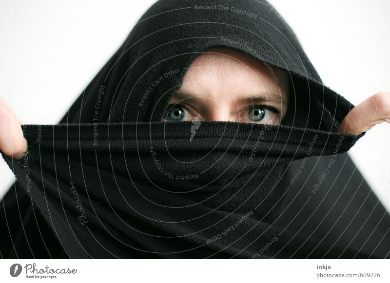 behind | alles nur Fassade Lifestyle Frau Erwachsene Leben Kopf Gesicht Auge Finger 1 Mensch 30-45 Jahre Kopftuch Burka Blick feminin schwarz Gefühle Schutz