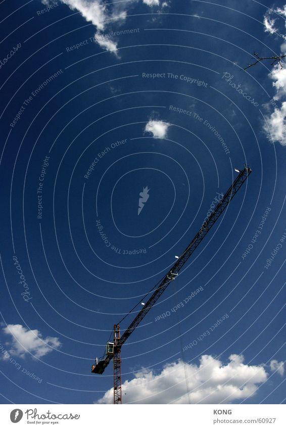 kaum zweig wenig kran viel himmel Himmel blau Wolken Baustelle bauen Kran schlechtes Wetter Ausleger