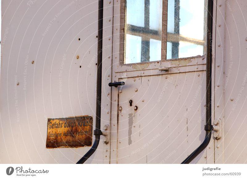 Gefahr durch Kran Himmel alt Fenster Linie Tür Glas Schilder & Markierungen gefährlich bedrohlich Geländer Rost durchsichtig Fensterscheibe Griff