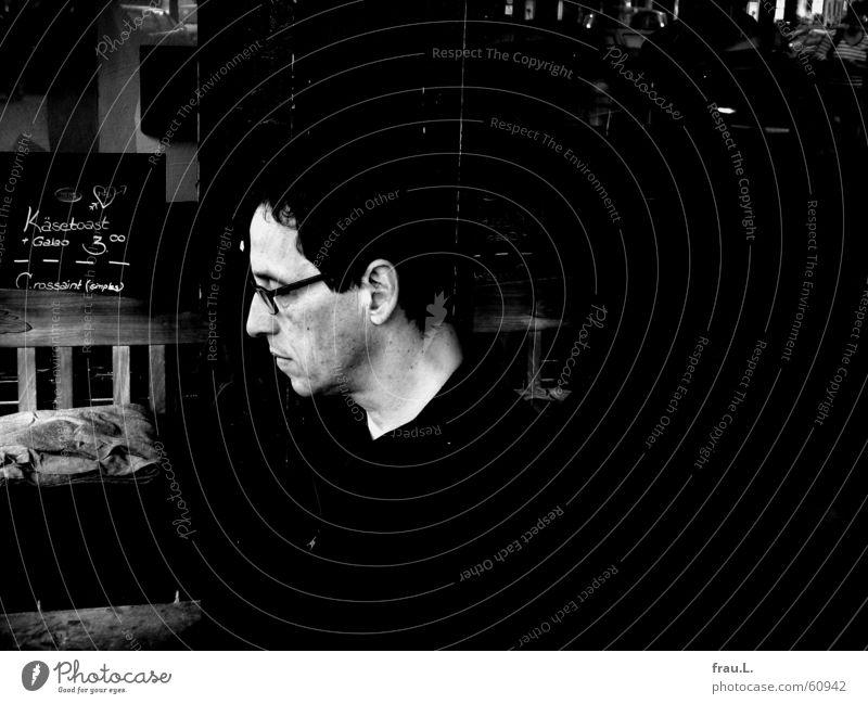 morgens in der Galaobar Mann Gesicht dunkel Brille Bank lesen Information Zeitung Gastronomie Konzentration Café hart Zeitschrift Portugal produzieren Fünfziger Jahre