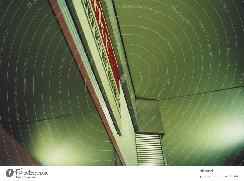 U-Bahn-Haltestelle grün zusätzlich abstrakt Reflexion & Spiegelung Typographie Linie Architektur