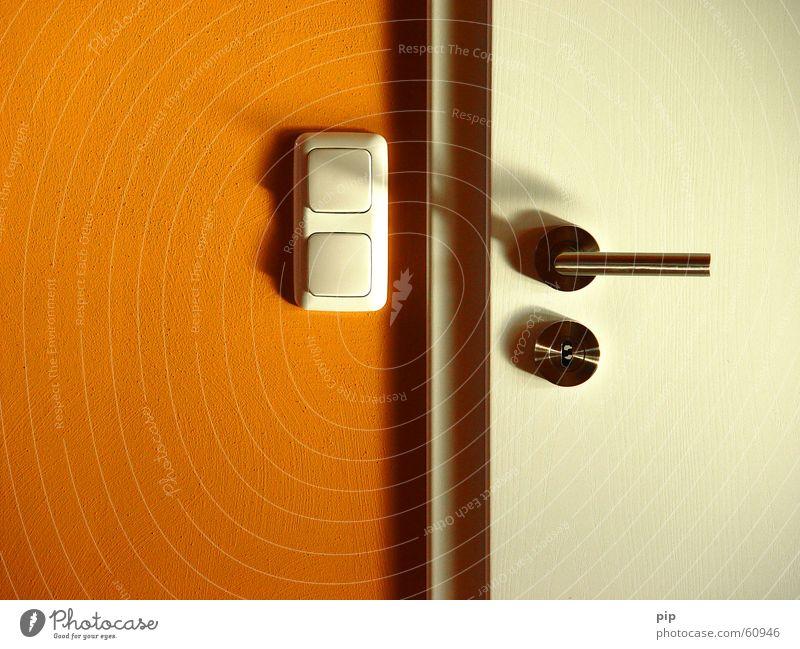 zu Tür Griff Schlüssel Edelstahl geschlossen Zarge Schalter Lichtschalter Wand weiß Schlagschatten Burg oder Schloss orange