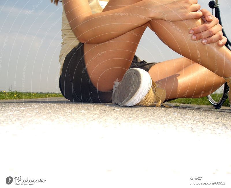 Just Relax! Sommer Feld Chucks Schneidersitz Körper Beine Arme Himmel