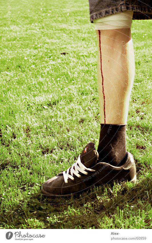 mit Blut am Bein kommst du hier rein Wunde Schuhe Verbundenheit Hose Gras Wiese Flüssigkeit Beine Fuß binde Verband Rasen blutkrätsche laufen