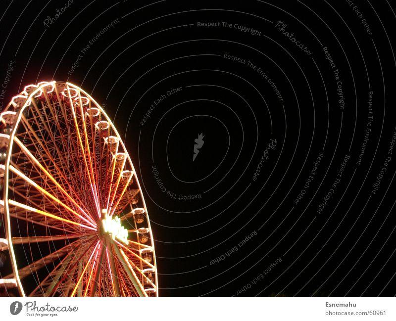 Hoch hinaus und rund im Kreis Mensch grün weiß rot Freude ruhig schwarz dunkel grau Bewegung Feste & Feiern Beleuchtung groß violett Jahrmarkt drehen