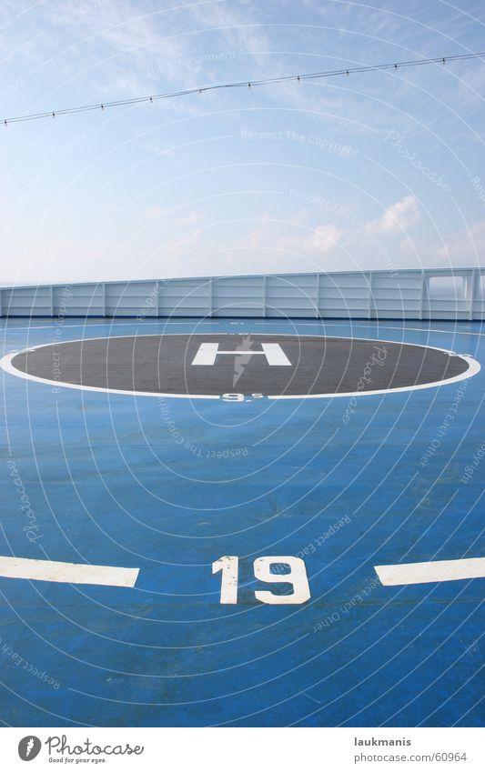 landeplatz Himmel blau Wolken hell Wasserfahrzeug Perspektive Kreis rund Mitte Flucht Tiefenschärfe Griechenland Fähre Hubschrauber 19 Ziffern & Zahlen
