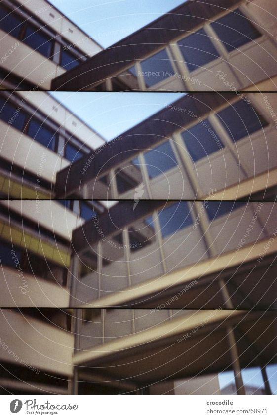Brückenschule Haus Fenster Wand Gebäude Gesamtschule Lomografie Wege & Pfade Übergang Verbindung link blau Himmel Schönes Wetter Glas pocking Schulgebäude
