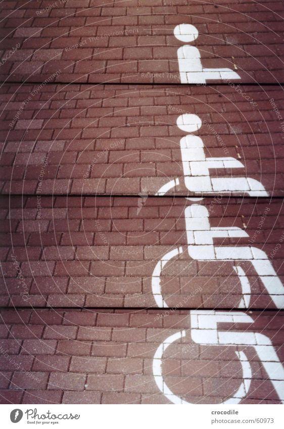 rollstuhlparkplatz weiß rot Straße Farbe Schmerz Pflastersteine Behinderte gemalt Rollstuhl unfair benachteiligt