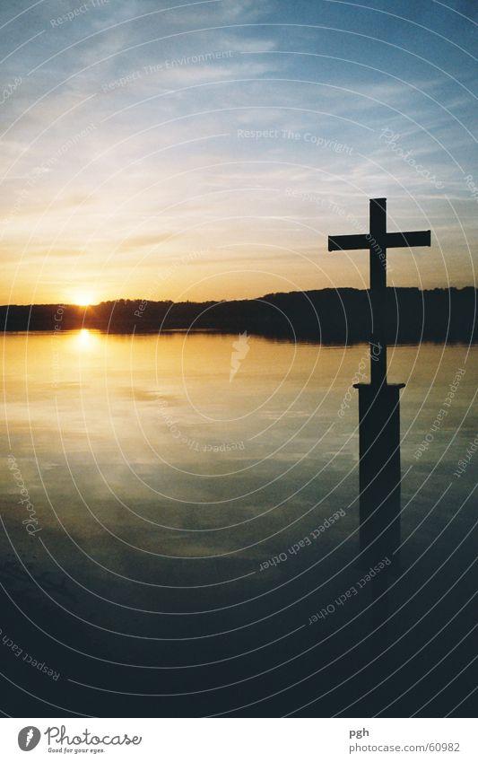 Kreuz von König Ludwig am Starnberger See Sonnenuntergang Stimmung Wasser Rücken Himmel blau
