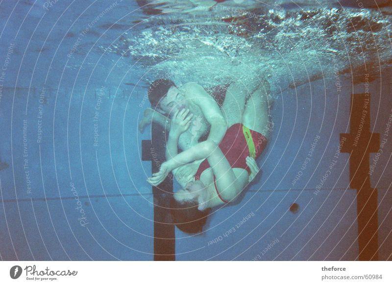 Geschwisterliebe tauchen Schwimmbad kämpfen dlrg Wasser Unterwasseraufnahme Schwimmen & Baden
